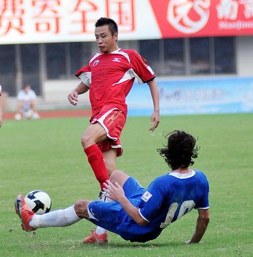 图文:[中甲]安徽1-1南昌 雷纳铲断郑科伟