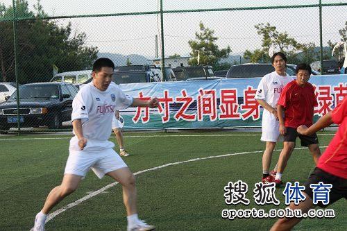 图文:围棋国手踢足球友谊赛 常昊大脚解围