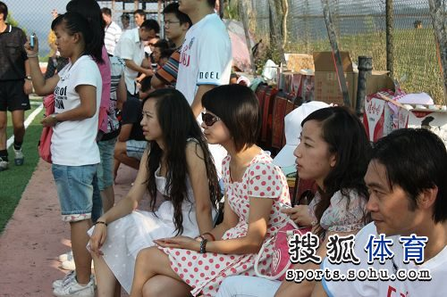 图文:围棋国手踢足球友谊赛 美女拉拉队