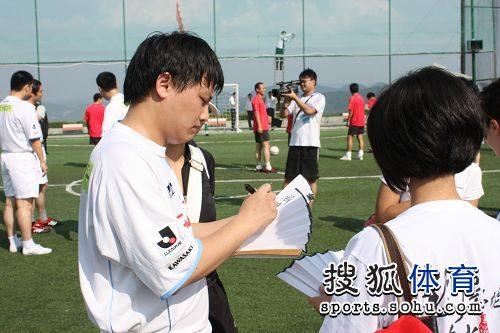 图文:围棋国手踢足球友谊赛 胡耀宇为棋迷签名