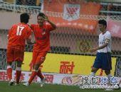 图文:[中超]青岛3-1山东 刘健和曲波庆祝