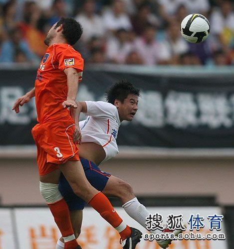 图文:[中超]青岛3-1山东 李金羽争顶头球