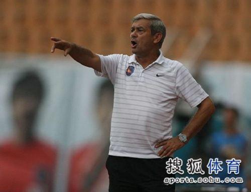 图文:[中超]青岛3-1山东 桑尼指挥比赛