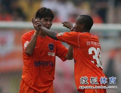 图文:[中超]青岛3-1山东 阿布接受祝贺