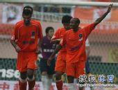 图文:[中超]青岛3-1山东 青岛主场庆祝进球