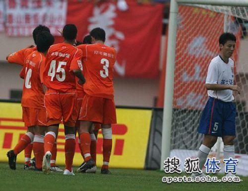 图文:[中超]青岛3-1山东 青岛庆祝破门