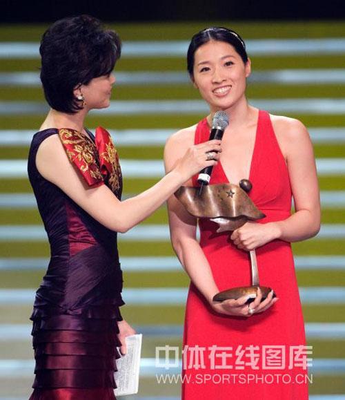 图文:新中国体育人物颁奖盛典 罗雪娟低胸礼服
