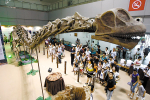 大石坝恐龙首次公开展出。本报记者 何熠 摄