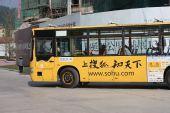 图文:众多高手闪亮围甲赛场 赛场外的公交车