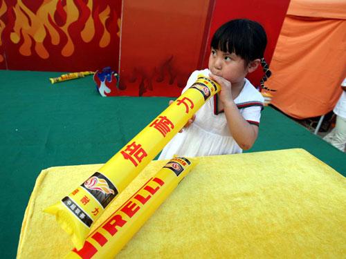 图文:激情中超杭州站 小球迷吹充气棒