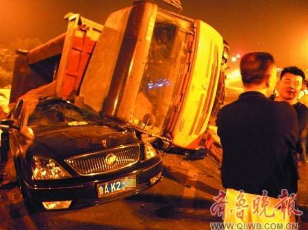 晨1时许的事故现场,大货车砸扁小轿车-济南一夜发生两起车祸 事故