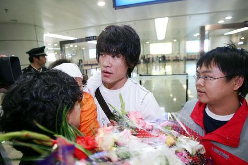 图文:王栋回长春有望重战中超 受到球迷欢迎