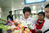图文:王栋回长春有望重战中超 机场被鲜花包围