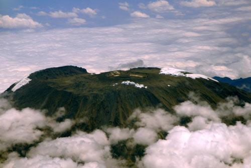 从飞机上拍摄的乞力马扎罗山顶。新华社记者徐速绘摄