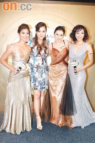 邓上文(左起)、李珊珊、陈淑兰及王君馨悉心打扮