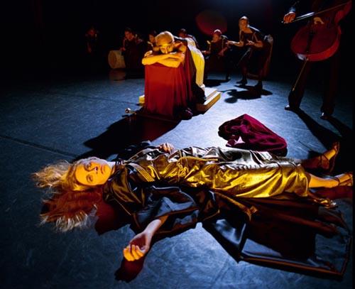 布莱德杀了自己的母亲,更讽刺的是,他正是舞台剧中俄瑞斯忒斯的扮演者。