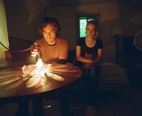 影片处处可见大卫•林奇电影的影子。