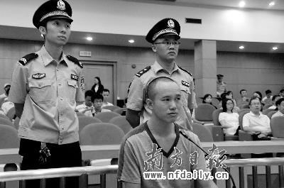 刘汉黄在法庭上双眼含泪.王创辉摄-刺杀台企高管案昨日开庭 犯人痛图片