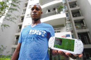 金尼展示他失而复得的PSP游戏机。  本报记者 甘侠义 摄