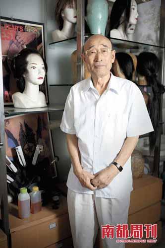 王希钟和他的办公室在北影厂一个简朴的房间。房间内的里柜子里放置着着假发、假睫毛、假鼻子以及各种化装用具。