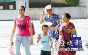 几名家长和孩子在高温下眉头紧锁 记者 史宗伟 摄