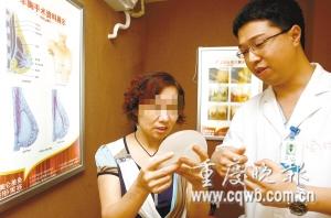 53岁的罗阿姨正在听医生介绍 记者 钱波 摄