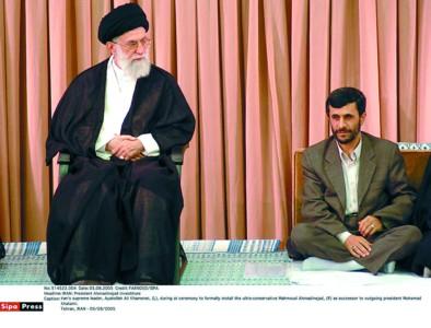 □哈梅内伊(左)向艾哈迈迪-内贾德提出希望和要求