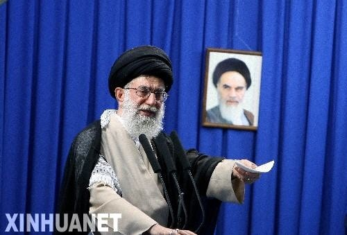 图为6月19日,伊朗最高领袖哈梅内伊在德黑兰大学举行的星期五礼拜集会上发表讲话。哈梅内伊当日表示,面对近日因总统选举引发的分歧和矛盾,伊朗人民应保持团结,通过合法渠道来解决争议。新华社/伊朗法尔斯通讯社