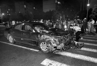 □肇事的别克车在撞死5人撞伤4人后车头已是面目全非