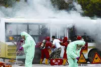 9月9日,新成立的应急救援队伍正在进行演练紧急处理事故