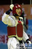 图文:全运会跆拳道男子68KG级决赛 李来挥拳
