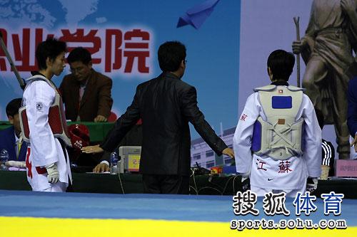 图文:跆拳道女子57公斤级决赛 电子护具鼓掌