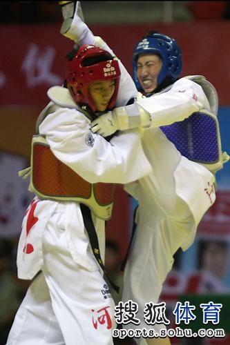 图文:跆拳道女子57公斤级决赛 雷杰爆头