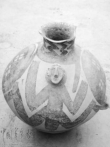 本报记者堵截并报案的人形彩陶罐,多方专家初步认定属于马厂文化(距今4300~4000年)的珍贵文物。现在兰州市公安局红古分局等待专家做进一步鉴定。本报记者 王俊秀摄