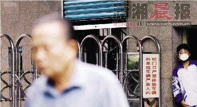 9月9日,长沙市某学校,一位学生正戴着口罩往外校门外看。 图/记者华剑