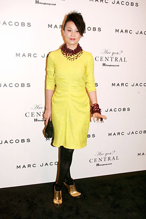 9月3日,某知名服装品牌秋冬时装汇演,刘嘉玲嫩黄洋装出场。