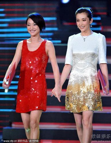 """8月20日,""""庆祝新中国成立60重点国产影片""""推介会,周迅李冰冰携手出席。"""