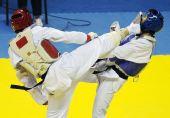 图文:11运跆拳道男子80KG级 李生被对手击中