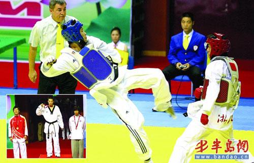 赵林(左)在比赛中飞踹对手。特派记者 张伟 摄