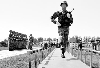 由方队队长景涛等人专门研究发明的单兵队列考核评估系统,长27米,可与电脑连接。队员在上面行走的步幅、踢腿高度等数据都会在电脑上显示,并打印出来。此系统可非常方便地测试受阅队员行进中的偏差。