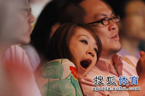 组图:美女观看梁文博比赛