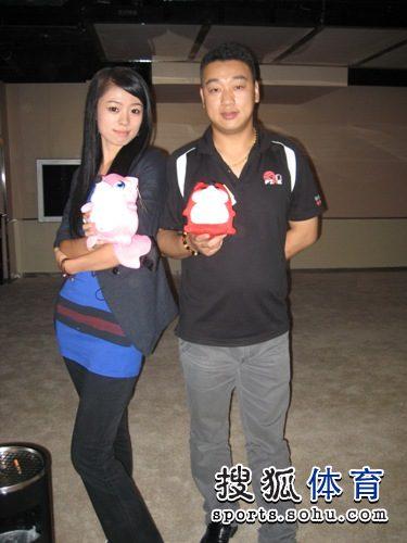 图文:网友VS小晖云川站趣味赛 有默契的两人