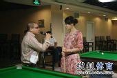 图文:网友VS小晖云川站趣味赛 美女接受采访