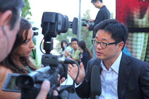 陈伟明接受中外记者采访