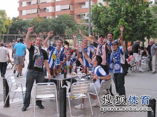 西班牙人队球迷场外疯狂预热