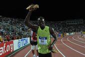 图文:总决赛博尔特200米夺冠 高举战靴