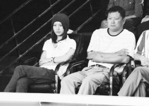 梁文博漂亮女友(左)