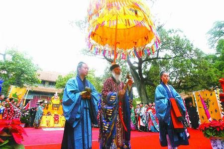 中国道教协会会长任法融在法会上祈福
