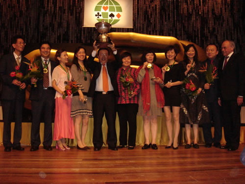 中国女队首夺世锦赛冠军 高举奖杯齐唱国歌
