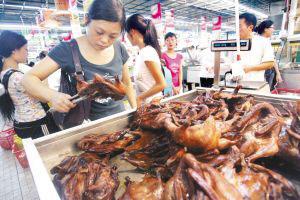 市民在超市选购熟食 记者 王雄 摄
